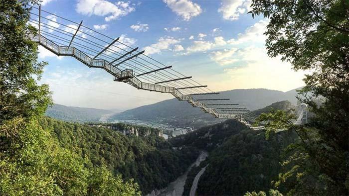 Världens 10 läskigaste gångbroar